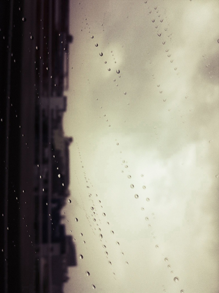 DONGHAE'S TWITTER:————- Lloviendo incluso en Jakarta ^^ 3 días mala suerte ya el último día…. ————- Even raining in Jakarta ^^ 3 days unlucky, as the last day…. PD:  my translation…i live and study in Seoul…