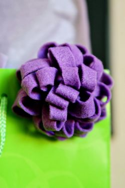 lazy sunday afternoon, i think i'll go make one of these DIY felt gift bows…