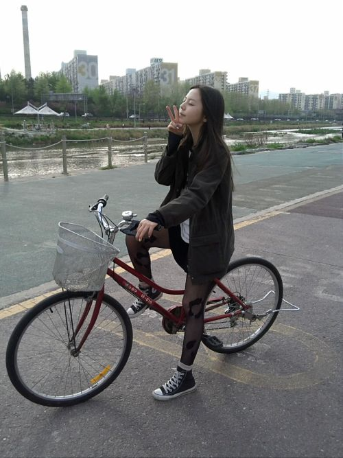 "WGsohee 자전거를타는소녀? 키키키-* ""A teenage girl riding a bicycle? kikiki-*"""