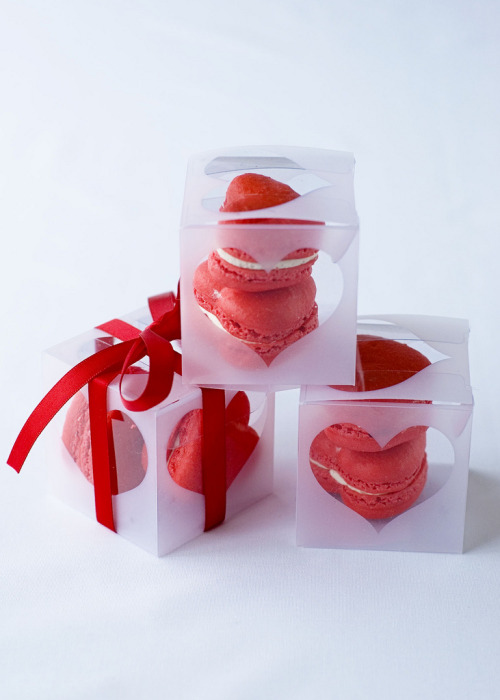 sidesplitter:  Red Velvet Macarons These would also make a nice Mother's Day gift for all the moms who love red velvet……like me!
