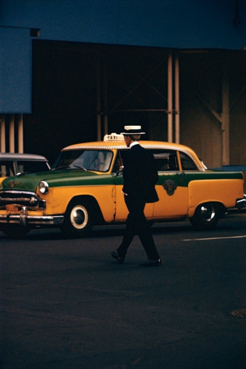 Saul Leiter - Man with straw hat    '50s