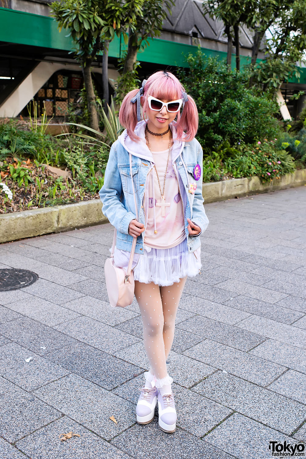 Fun Shibuya girl w/ cute pink hairstyle, tulle skirt & tall Esperanza platform shoes.