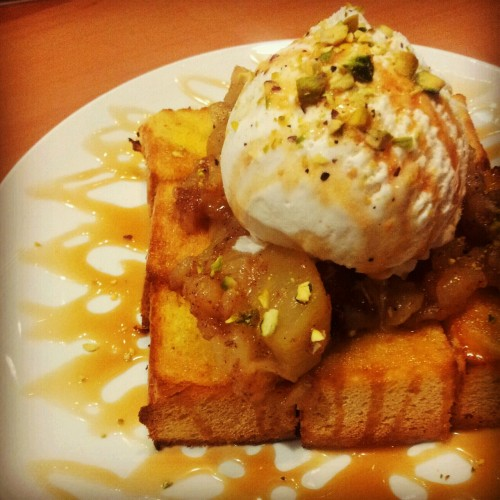 Yummy. Apple Cinnamon Thick Toast with Ice Cream and Caramel. #apple #cinnamon #Thick #toast #icecream #caramel #dessert #yummy #food #foodie #foodporn #foodography