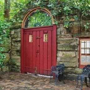 whatwouldkhaleesiwear:  Where Would Khaleesi Live?The House with the Red Door