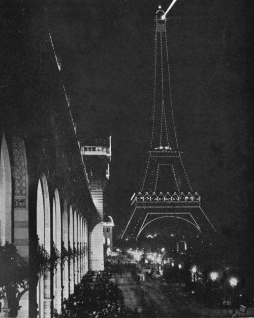 itsjohnsen:  The Eiffel Tower's searchlight is used to search for German aircraft, 1914. Charles Inman Barnard