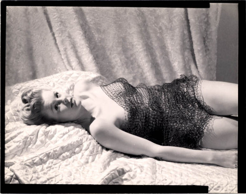 littlebunnysunshine:  JOSEPH JASGUR, 1940s B-MOVIE QUEEN DRAPED IN MESH NET