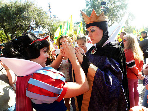 belleieve:  Snow White shows the Queen how to make a heart (by EverythingDisney)