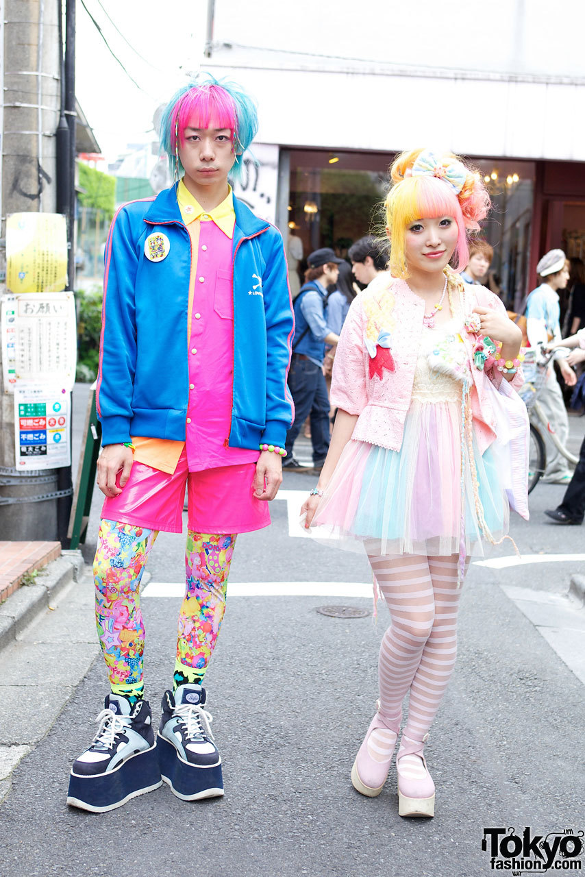 Junnyan & Kumamiki on the street in Harajuku yesterday. They will both be at the Pop 'N' Cute party (produced by Harajuku Fashion Walk) on May 3rd in Shibuya - come out and meet them! :-)