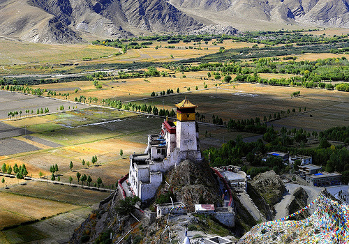 Magnificent view in Tibet  vacilandoelmundo:  Yungbulakang Palace, Tibet