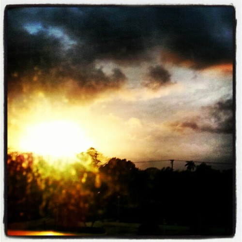 #Miami #sunset #southflorida #instagood #instagramhub #sunflare #coolphotos #androidnesia #android #florida #miamisunset #sofla (Taken with instagram)