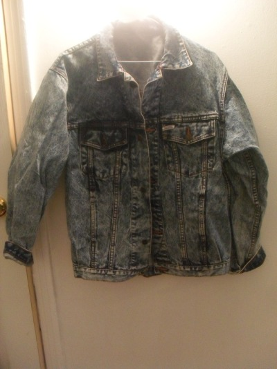 "- SOLD -Vintage heavyweight denim jacket, acid wash, metal buttons, functional pocket on each breast, cool zig-zag stitching down the placket, 100% cotton, ""men's"" medium or large, 35$"