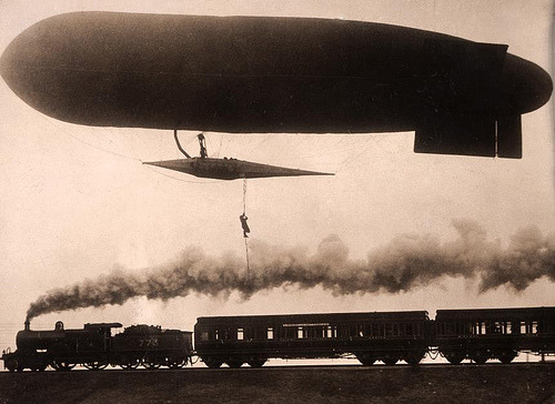 Stuntman stapt van zeppelin over op de trein / zeppelin: stuntman prefers the train (by Nationaal Archief)