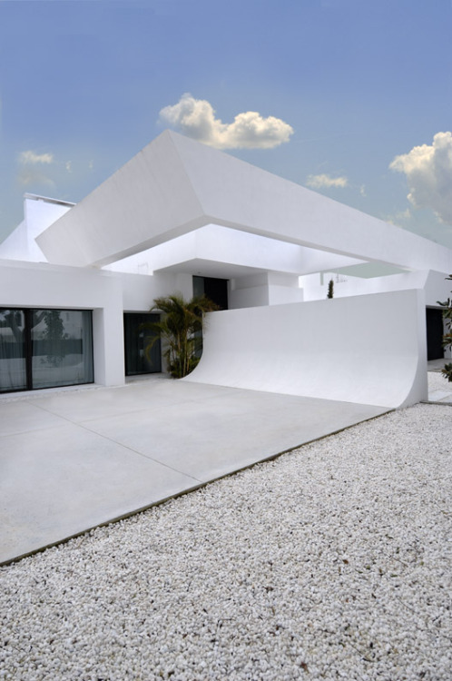 (via Beautiful All White House With Pool)
