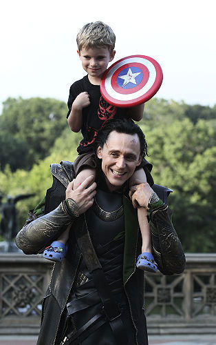 Para que luego me digan que no es amor.  imperwarg:  Loki con un pequeño Capitan America :). Tom Hiddleston is awesome.