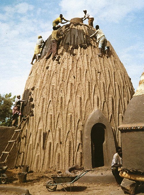 ugochinyere:  Nigerian architecture * cob structure So I've actually never seen this in person and I didn't even know architecture was built like this in Nigeria but I am not ashamed of this lack of knowledge! So serious I'm always finding out new things about Nigeria and it's culture *thanks the internet*   Nigerian Architecture. #TravlrsParadise