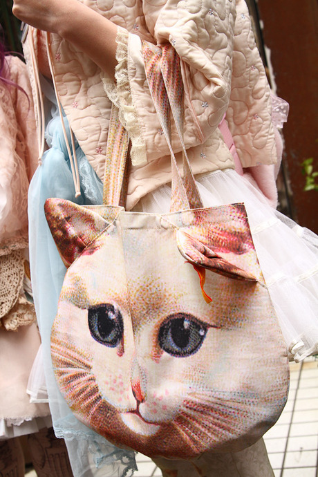 dollymacabre:  You have no idea how much I want one of these Muchacha cat bags.