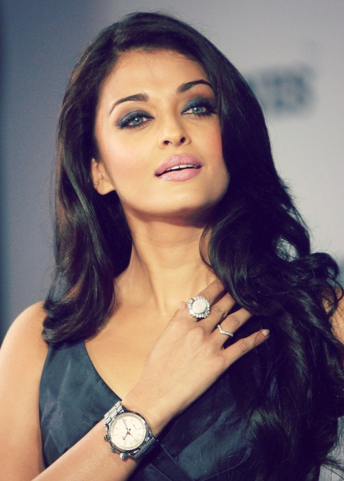 bollywoodloverxoxo:  Aishwarya Rai Bachchan walks the ramp at the launch of the Longines Admiral collection in ITC Grand Central at Mumbai 2008