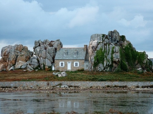 source: panoramio la petite maison dans les rochers ; Plougrescant ~ love this little French cottage between the rocks