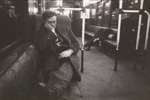 (via Riding the Subway with Stanley Kubrick | mcnyblog)Kubrick haciendo fotos callejeras en el metro de Nueva York
