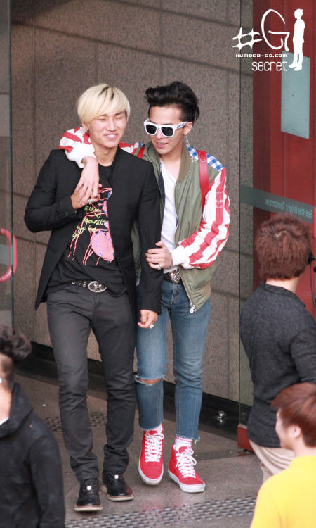 deenovan:  [PHOTOS][Fantaken] G-Dragon and Daesung leaving Inkigayo HQ 120429 http://forever-gdragon.com/2012/05/01/photosfantaken-g-dragon-and-daesung-leaving-inkigayo-hq-120429/WWW.GDRAGONFANS.COM