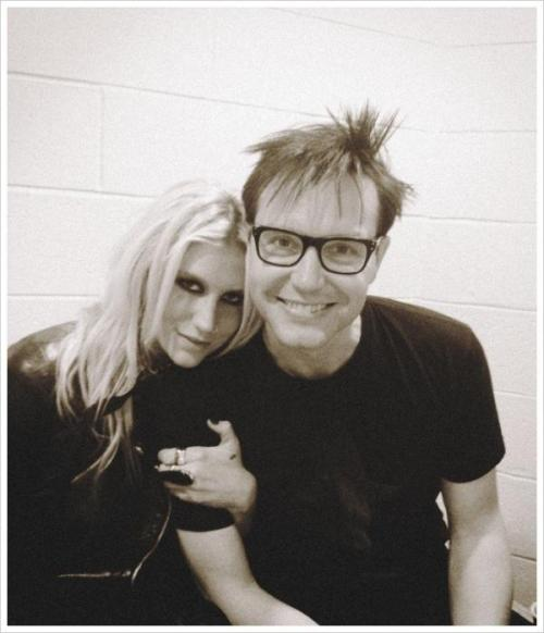 enemaofthegay:  fooled-me-again:  Kesha and Mark Hoppus <3  what BUT,BUT WHYYY??! D: