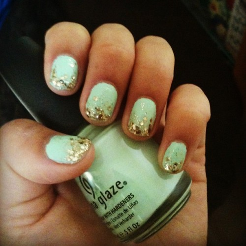 pocashantas:  Whoo hoo I dig my nails. 💅 #mint #glitter (Taken with instagram)  Its been too long guys! ):