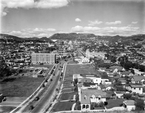 1925 view of Hollywood from Rossmore Ave. and Rosewood Ave., showing the Hollywoodland sign in the distance.