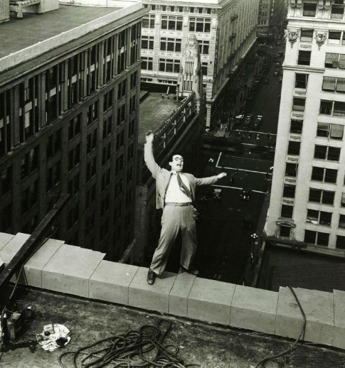 Harold Lloyd in Feet First (1930, dir. Clyde Bruckman) (via)