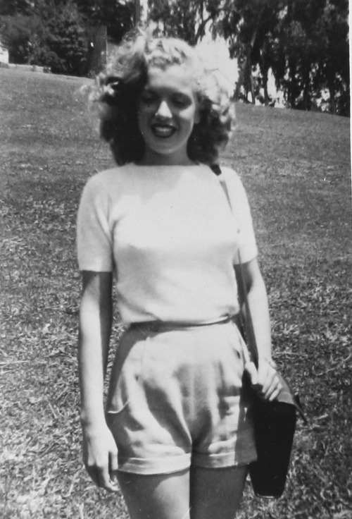 suicideblonde:  Norma Jeane Dougherty (aka Marilyn Monroe) in 1945