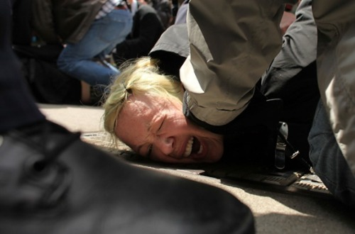 fotojournalismus:  A protester associated with the Occupy Wall Street movement is arrested while marching through traffic in lower Manhattan on May 1, 2012 in New York City. [Credit : Spencer Platt/Getty Images]
