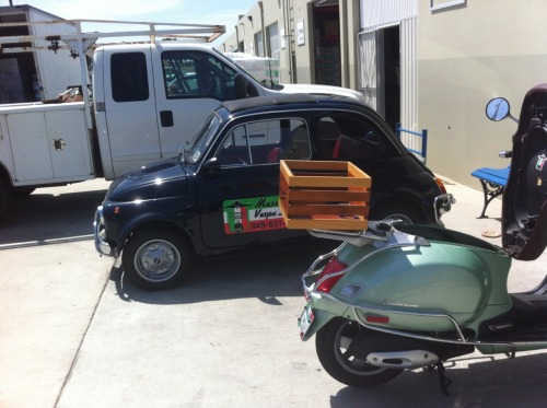 fiat 500 vs Vespa. great pair those.