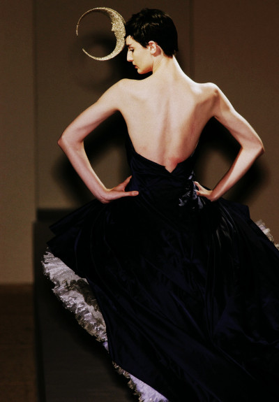 The glorious shoulders and back of Erin O'Connor.  Philip Treacy Autumn/Winter 2001