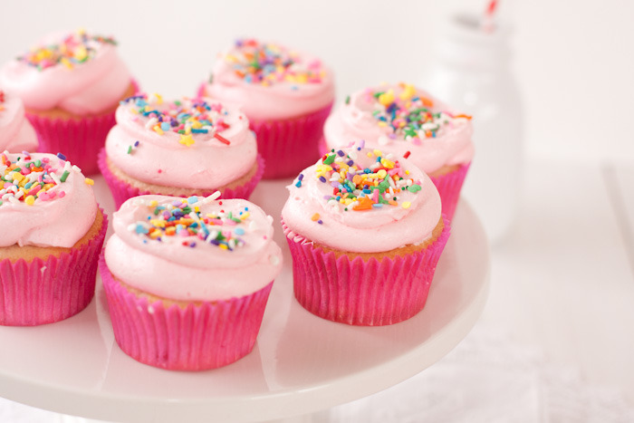 gastrogirl:  fluffy strawberry vanilla cupcakes.