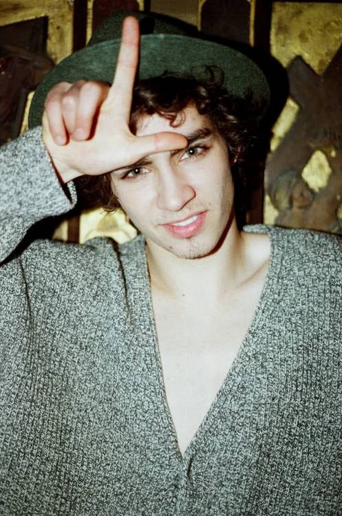 Robert Sheehan omg. the love for this man that i have is crazy. Misfits is the fucking greatest, my heart fell apart when i found out he was leaving. i haven't even gone back yet that's how fucked i have been. he is so funny & so attractive it should be illegal. just looking at him makes you fucking blush & those eyes. YUMMMM.