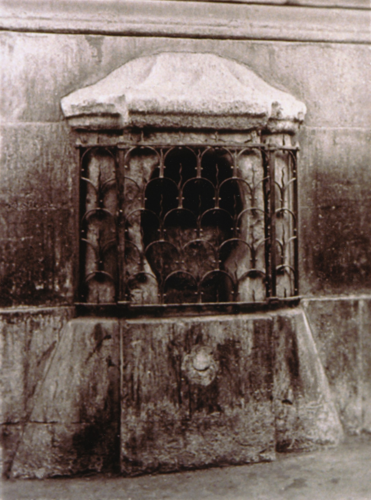 London Stone 1886 London Stone behind a grille in Cannon StreetPhoto: Dixon, Henry (1820-1892) London Metropolitan Archives