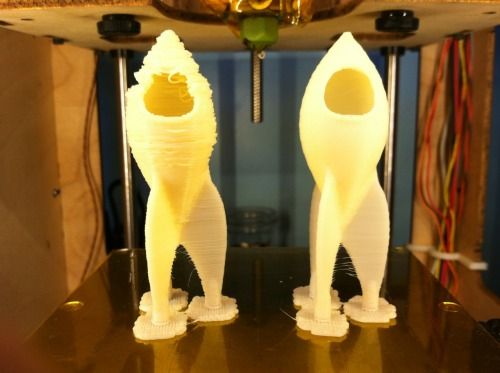 The (fail)thing on the left was printed with a stock ToM + Mk6 The thing on the right was with the same machine, but with a larger gauge 12v cable going from the power supply to the extruder controller