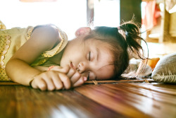 LAOS. Vang Vieng. Little girl sleeping. ⓒ Julie Mayfeng