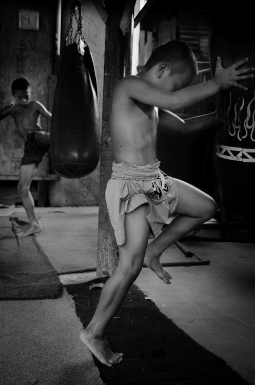 I fight, therefore I survive | Bangkok | Documentary - Young boys train in an outdoor gym in Bangkok infamous Klong Toey slum.