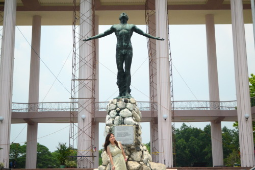 I just had to have a picture with the Oblation. Sayang lang pareho na kaming hindi naka-sablay. :p