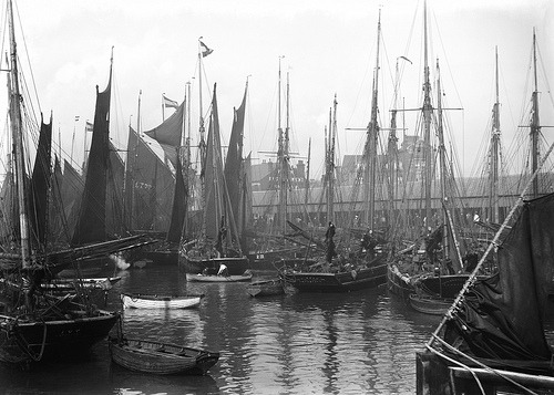 glukauf: ca 1908 A view of trawlers in the basin at Lowestoft