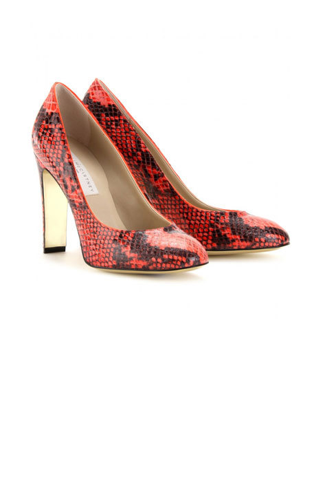 tumblr m3go2mCqmt1qa2i47o4 500 Snake skin pumps are looking even hotter when punched up in...