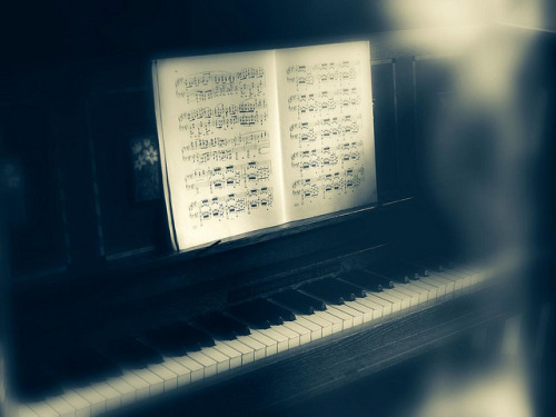 ektoplasmic activity at the piano by friendlydrag0n on Flickr.