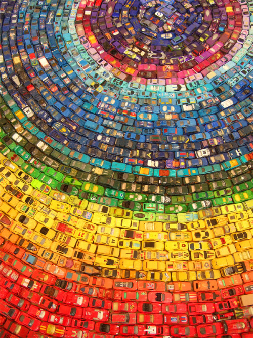 Toy Atlas Rainbow is a wonderful installation of 2,500 old toy cars by UK artistDavid T. Waller.