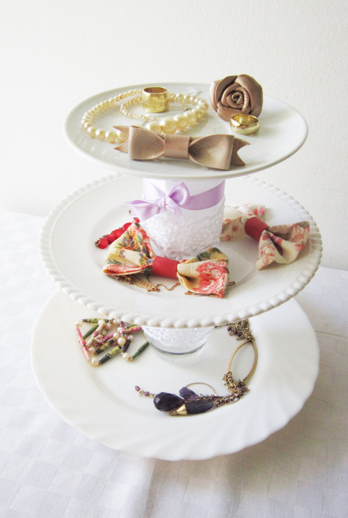 (via Akamatra: DIY romantic plate stand for jewelry and more!)