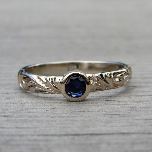 Recycled gold ring set with fairtrade sapphire