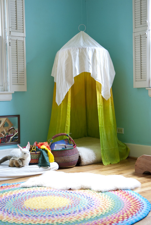 rainbowsandunicornscrafts:  DIY Reading Nook or Hideout Using a Hand Quilting Hoop. How-to at Sew Liberated here. *I've also seen tutorials that use hula hoops.