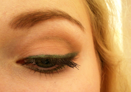 glittery green eye line on peachy-nude eye shadow