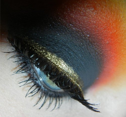 reenerneener:  smokey sunset ;D using: mac blackground paint potnyx milk eye pencilsugarpill bulletproof, love+, flamepoint, buttercupcake & tako eyeshadowsrandom gold hard candy glitter linersugarpill tiara loose eyeshadow