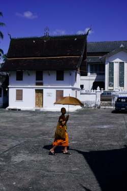 LAOS. Luang Prabang. Buddhist monk going out. ⓒ Julie Mayfeng