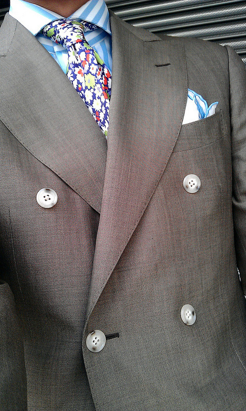 Killing it in SuitSupply. DB coat / shirt: MTM, tie´s off the rack. Notice the details…